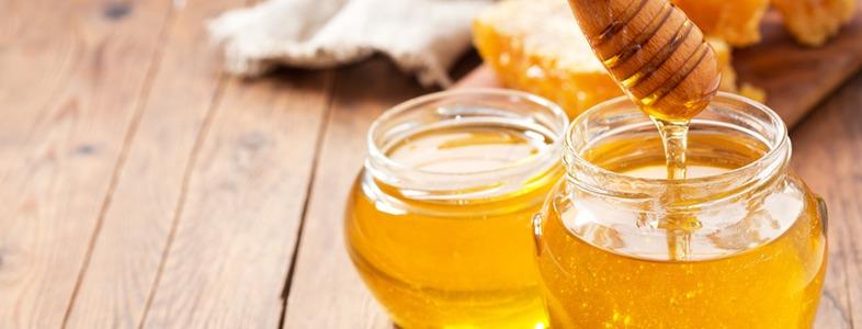 ハチミツをなめる、ハチミツドリンクを飲む